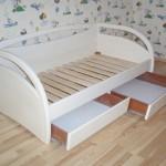 детская кровать(сосна-лак)