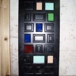 Дверь с цветными стеклами
