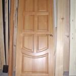 Дверь входная классическая, из массива дерева
